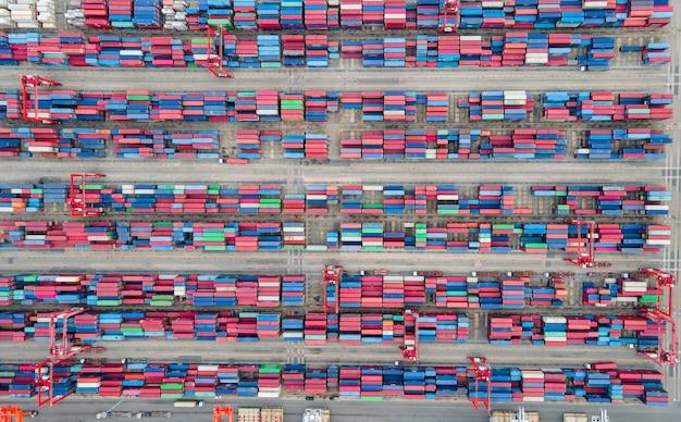Вид сверху контейнеровоз в экспортно-импортном бизнесе и логистике
