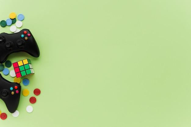 Вид сверху контроллеров на зеленом фоне