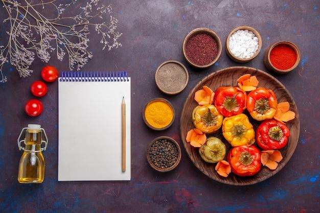 上面図灰色の表面の食事野菜肉ドルマにさまざまな調味料で調理されたピーマン