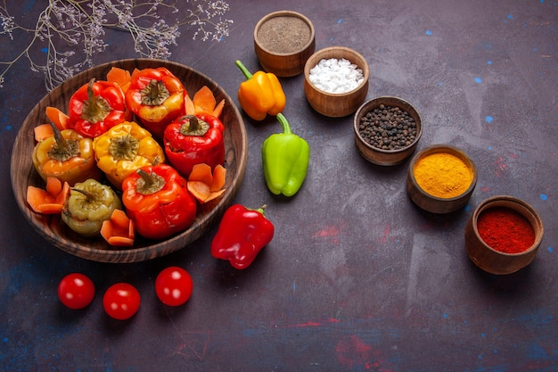 灰色の表面の食事野菜牛肉肉食品にひき肉と調味料を使った上面図調理済みピーマン