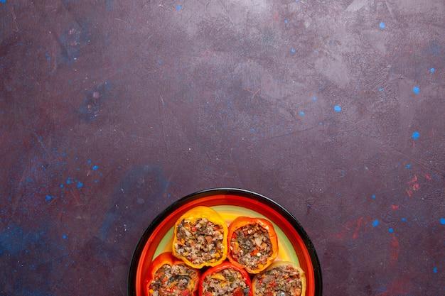 Vista dall'alto peperoni cotti con carne macinata su sfondo scuro cibo manzo dolma farina di verdure