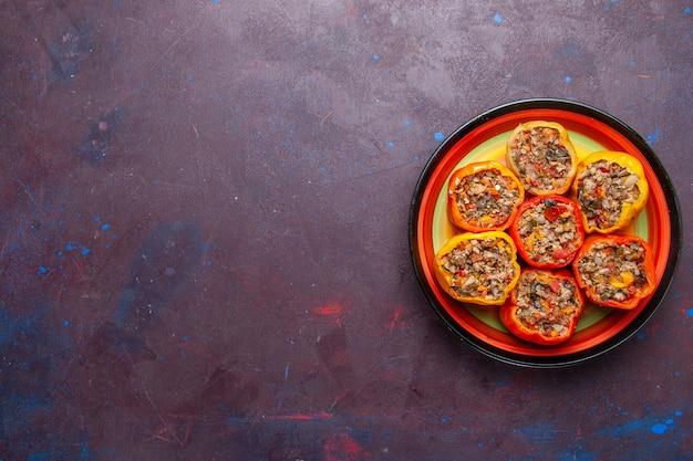 Vista dall'alto peperoni cotti con carne macinata su sfondo grigio scuro cibo manzo dolma farina di verdure