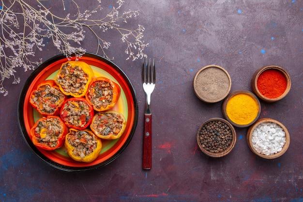 Vista dall'alto peperoni cotti con carne macinata su una superficie grigia di manzo dolma cibo verdure carne