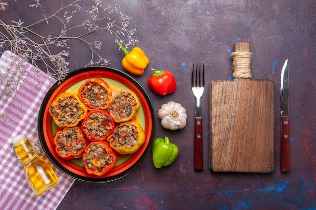 Vista dall'alto peperoni cotti con carne macinata e olio d'oliva su una superficie scura verdure farina cibo carne dolma