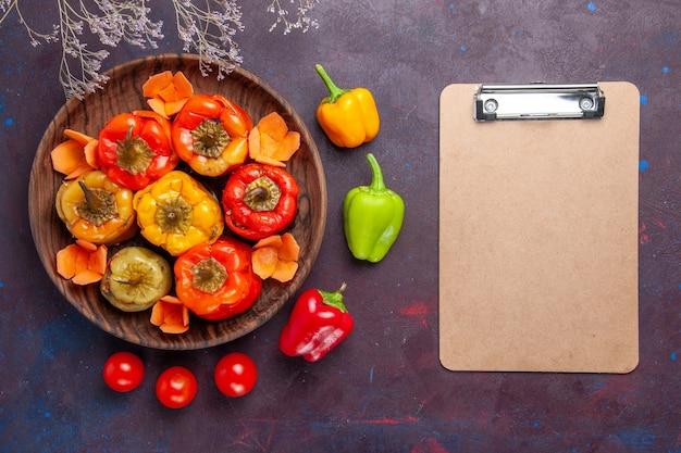 上面図ダークグレーの表面にひき肉を添えた調理済みピーマン野菜ビーフミートフード