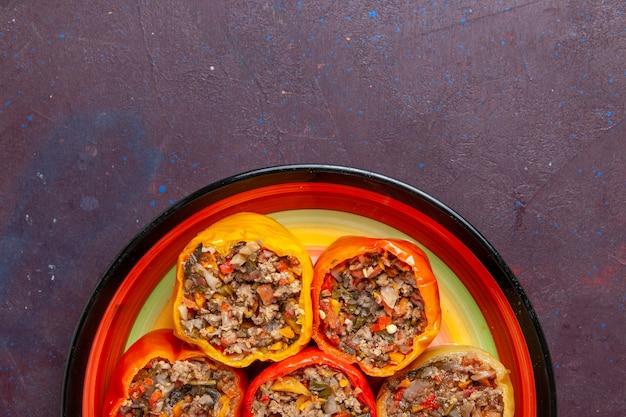 ダークグレーの背景にひき肉を添えた上面図調理済みピーマンビーフドルマ野菜ミール
