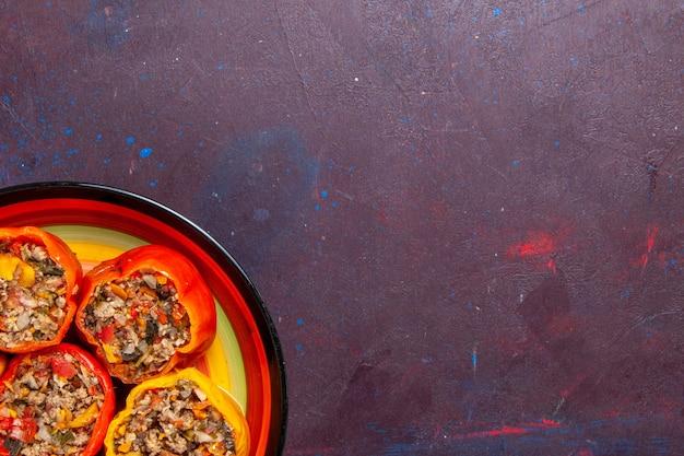 ダークグレーの背景にひき肉を添えた上面図調理済みピーマンフードビーフドルマ野菜ミール