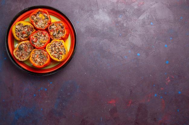 上面図ダークグレーの背景にひき肉を添えた調理済みピーマンフードビーフドルマ野菜ミール