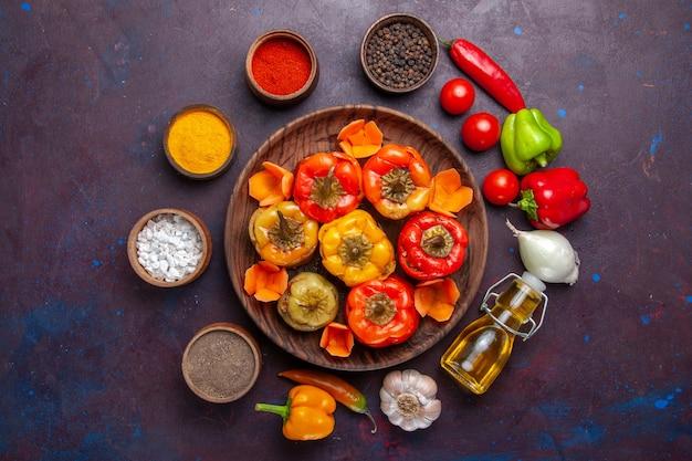 Vista dall'alto peperoni cotti con carne macinata e condimenti su verdure a base di carne cibo pasto superficie grigia cucina