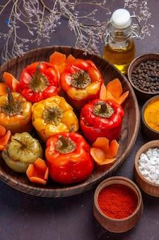 Vista dall'alto peperoni cotti con condimenti sulla superficie grigio scuro farina di verdure carne dolma cibo