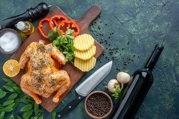 暗い表面にジャガイモでスパイスを効かせた上面図調理済み鶏肉