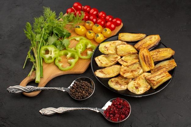 Вид сверху нарезанные баклажаны вместе со свежими овощами на темном полу
