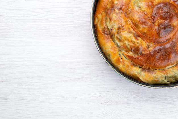 Вид сверху приготовленная зелень, выпечка, круглая внутри сковороды на белом фоне, стол, еда, выпечка, обед, зелень