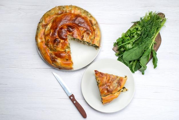 Вид сверху приготовленное тесто с зеленью, нарезанное внутри тарелок со свежей зеленью на коричневом деревянном столе еда еда выпечка зеленый ужин
