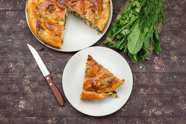 Вид сверху приготовленное тесто с зеленью, нарезанное внутри тарелок со свежей зеленью на коричневом деревянном столе, еда, еда, печенье, зеленый
