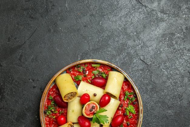 Vista dall'alto cucinato pasta italiana delizioso pasto con carne e salsa di pomodoro su sfondo grigio scuro pasta pasta salsa di carne cibo