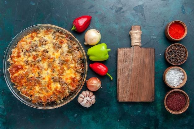 紺色の卓上料理肉料理料理ディナーにチーズと新鮮な野菜と一緒にスライスした肉を使った上面図調理肉料理