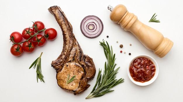 Вид сверху приготовленное мясо с соусом