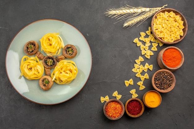 Vista dall'alto pasto di funghi cotti con condimenti su una cena di cibo fritto pasto tavolo scuro