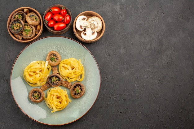 어두운 테이블 음식 저녁 식사 색상에 반죽 파스타와 상위 뷰 요리 버섯