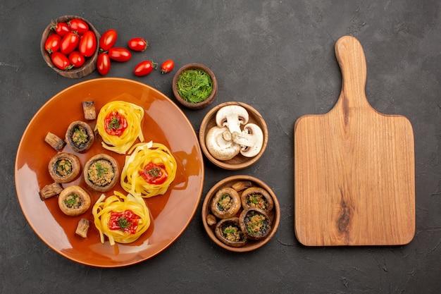 어두운 테이블 접시 저녁 식사 음식에 반죽 파스타와 상위 뷰 요리 버섯