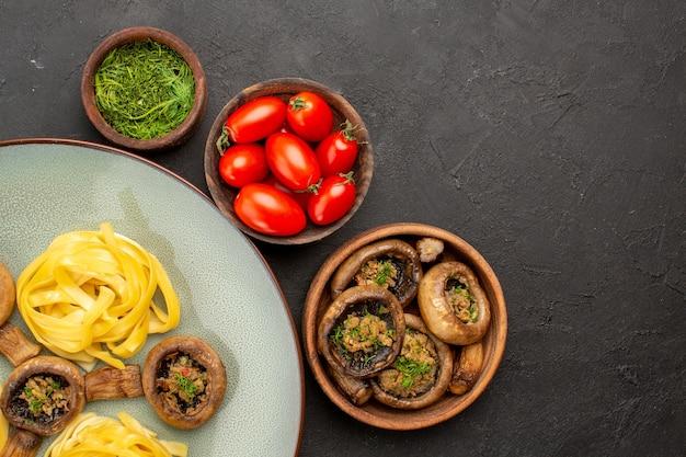 Вид сверху приготовленные грибы с пастой из теста на темном столе, еда, ужин, еда, цвет