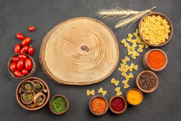 어두운 바닥 버섯 야생 파스타에 조미료와 함께 상위 뷰 요리 버섯
