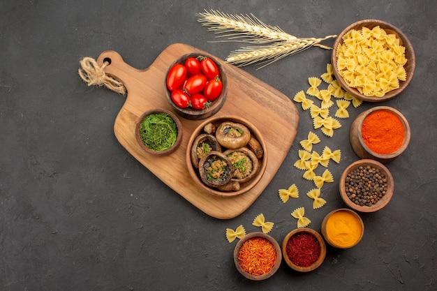 어두운 테이블 음식 버섯에 조미료와 상위 뷰 요리 버섯 익은