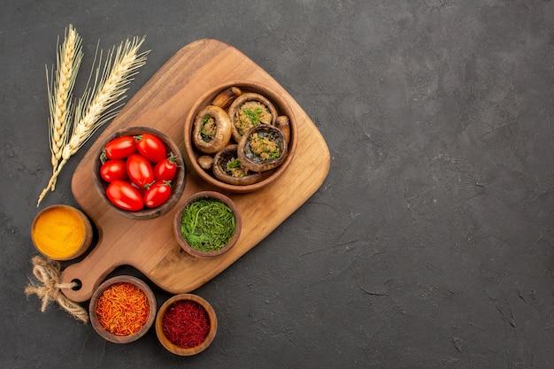 회색 테이블 익은 음식 버섯에 조미료와 상위 뷰 요리 버섯