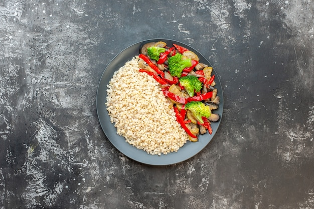 野菜と一緒に調理されたパール大麦の上面図