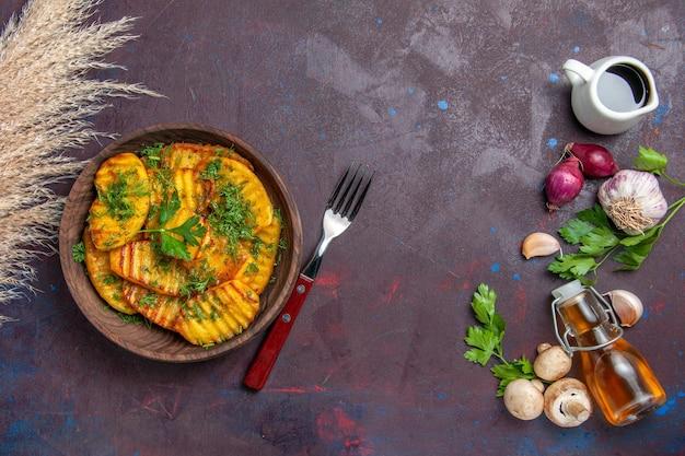 Vista dall'alto patate cotte piatto delizioso con verdure su superficie scura cuocere cucinare piatto per cena con patate