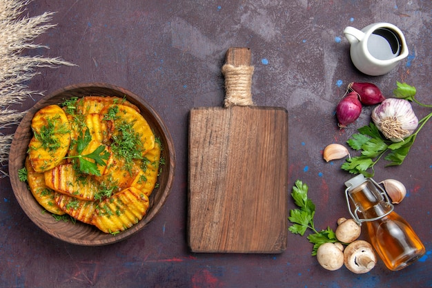 Vista dall'alto patate cotte piatto delizioso con verdure su superficie scura cuocere cucinare piatto di patate cena