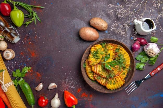 Vista dall'alto patate cotte piatto delizioso con verdure su superficie scura piatto da cucina cena di patate