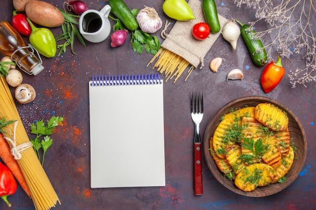 Вид сверху приготовленный картофель вкусное блюдо с зеленью на темной поверхности приготовление блюда картофельный ужин