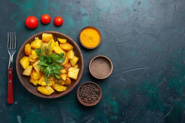 진한 파란색 표면에 조미료와 함께 상위 뷰 요리 감자