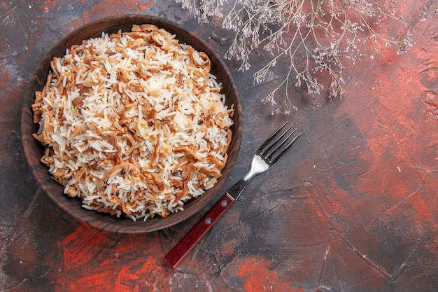Vista dall'alto riso cotto con fette di pasta sulla superficie scura foto piatto pasto cibo scuro