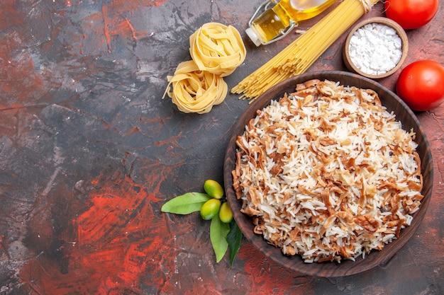上面図暗い表面の皿に生地のスライスが付いたご飯暗い食事の食べ物の写真
