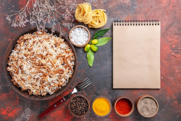 Vista dall'alto riso cotto con condimenti sulla superficie scura cibo piatto foto pasto scuro