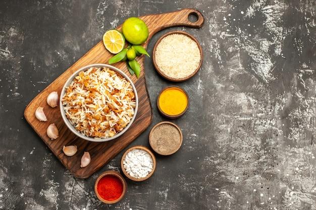 Vista dall'alto di riso cotto con condimenti sul cibo di superficie scura piatto scuro cibo orientale