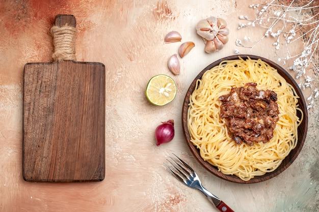 Spaghetti cucinati con vista dall'alto con carne macinata su un piatto leggero di pasta di pasta pasto a base di carne