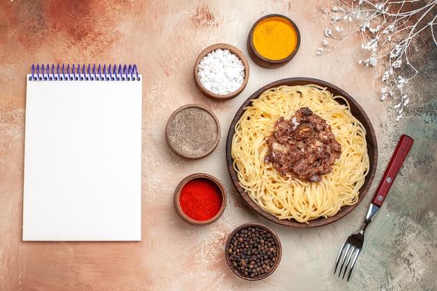 Vista dall'alto spaghetti cotti con carne macinata su un tavolo leggero pasta di pasta di carne