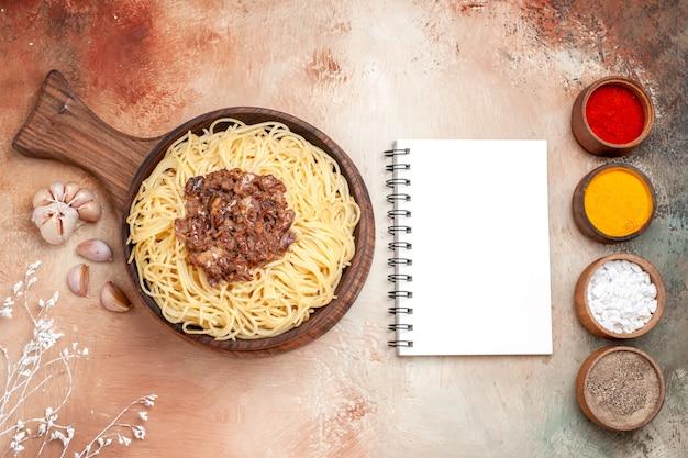 나무 책상 접시 파스타 반죽 조미료에 갈은 고기와 함께 상위 뷰 요리 스파게티