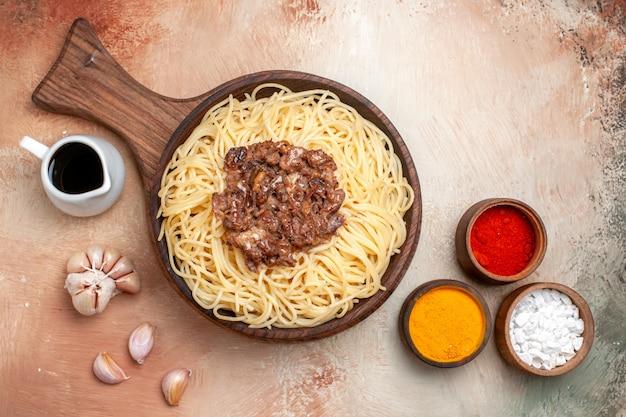 나무 책상 파스타 반죽 접시 조미료에 갈은 고기와 함께 상위 뷰 요리 스파게티