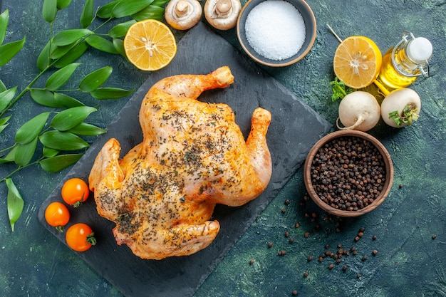Pollo speziato cotto vista dall'alto sulla superficie scura