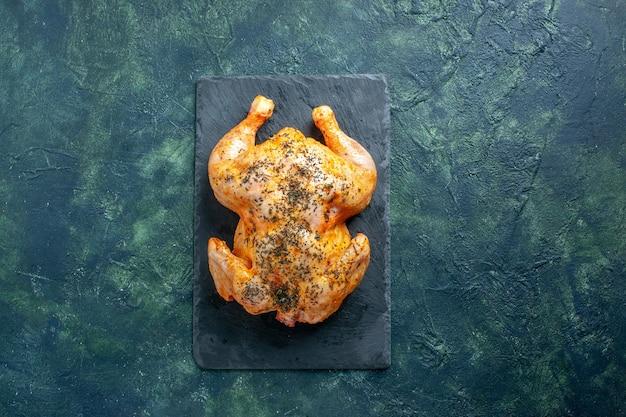 어두운 표면에 양념된 닭고기를 요리한 상위 뷰
