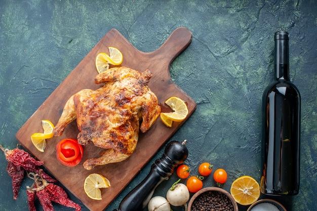 어두운 표면에 레몬 조각을 넣은 매운 닭고기 요리