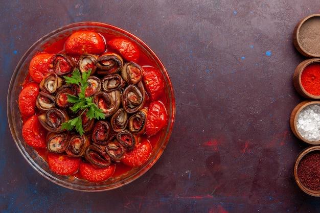 上面図調理野菜ミールおいしいトマトとナス、暗い表面に調味料