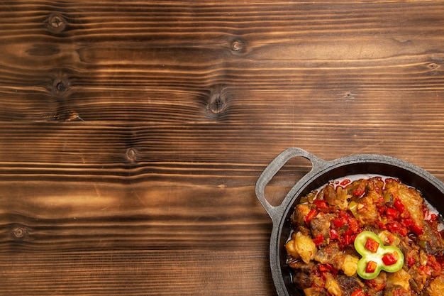 木製の机の上の鍋の中の上面図調理野菜ミール
