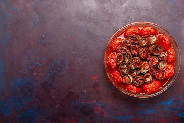 Вид сверху приготовленные овощные блюда из помидоров и баклажанов на темном столе