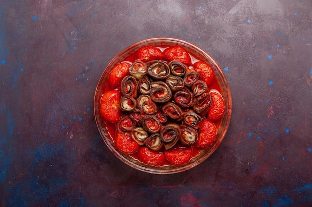 어두운 표면에 상위 뷰 요리 야채 식사 토마토와 가지
